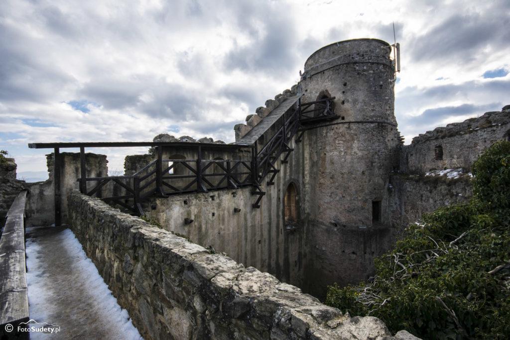 Zamek i skały na górze Chojnik